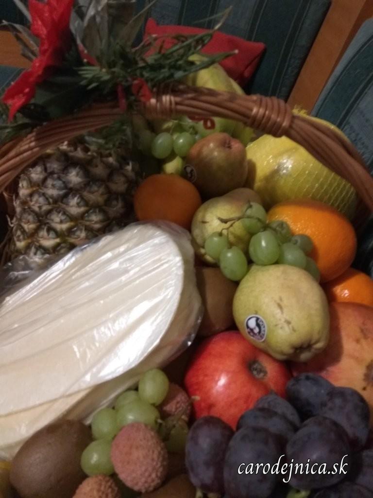 Ovocie a oplátky vo vianočnom koši v Štedrý večer