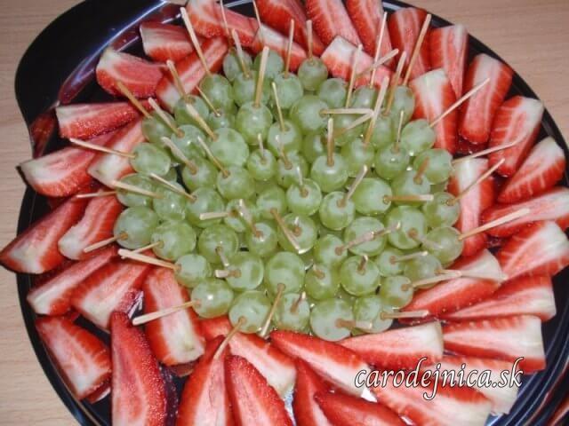 tanier a na ňom jahody a hrozno ako jednohubky