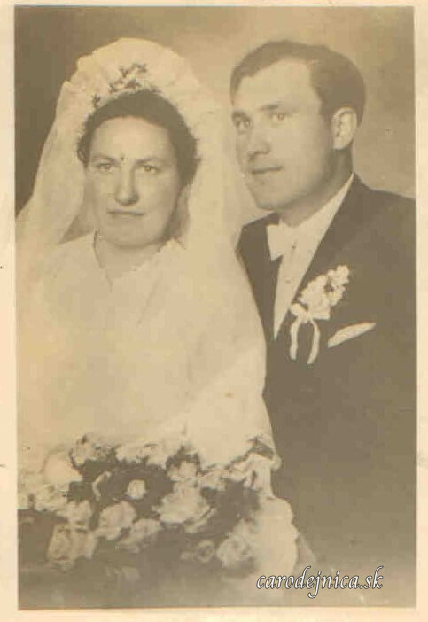 Stará svadobná fotografia starých rodičov v línii po praslici