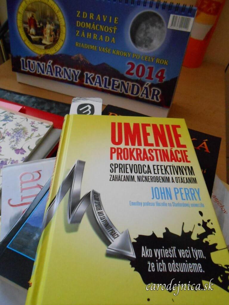 Kniha s názvom Umenie prokrastinácie a v pozadí Lunárny kalendár 2014