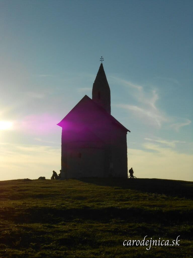 Fotografia Kostola Michaela Archanjela v Dražovciach pri Nitre pri západe slnka