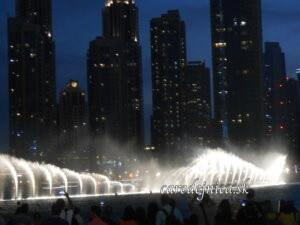Osvetlené fontány v nočnom Dubaj Mall