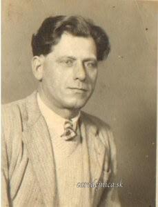 Stará fotografia dedka z otcovej strany s názvom Dedko s topánkami