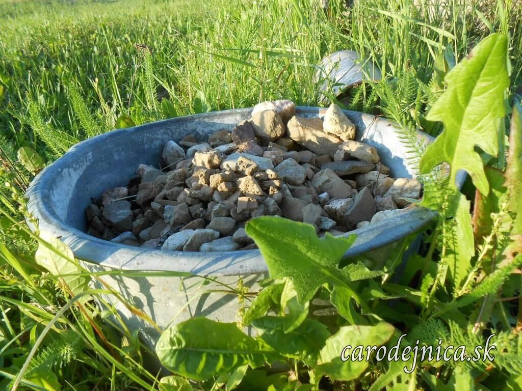 Črepy z rozbitých hlinených nádob v nádobe pri prameni vody