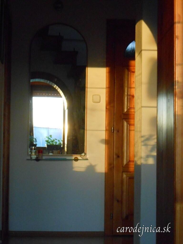 Pohľad do do zrkadla osvetleného zapadajúcim slnkom