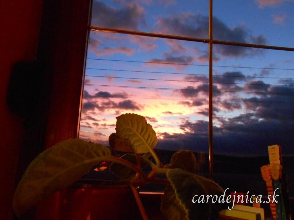 Obloha zafarbená západom slnka za oknom na Nový rok 2015