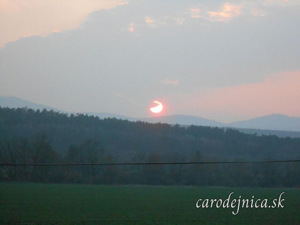 Západ slnka nad panorámou hôr