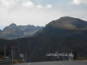 Pohľad na panorámu hôr Andorra z asfaltovej cesty do údolia