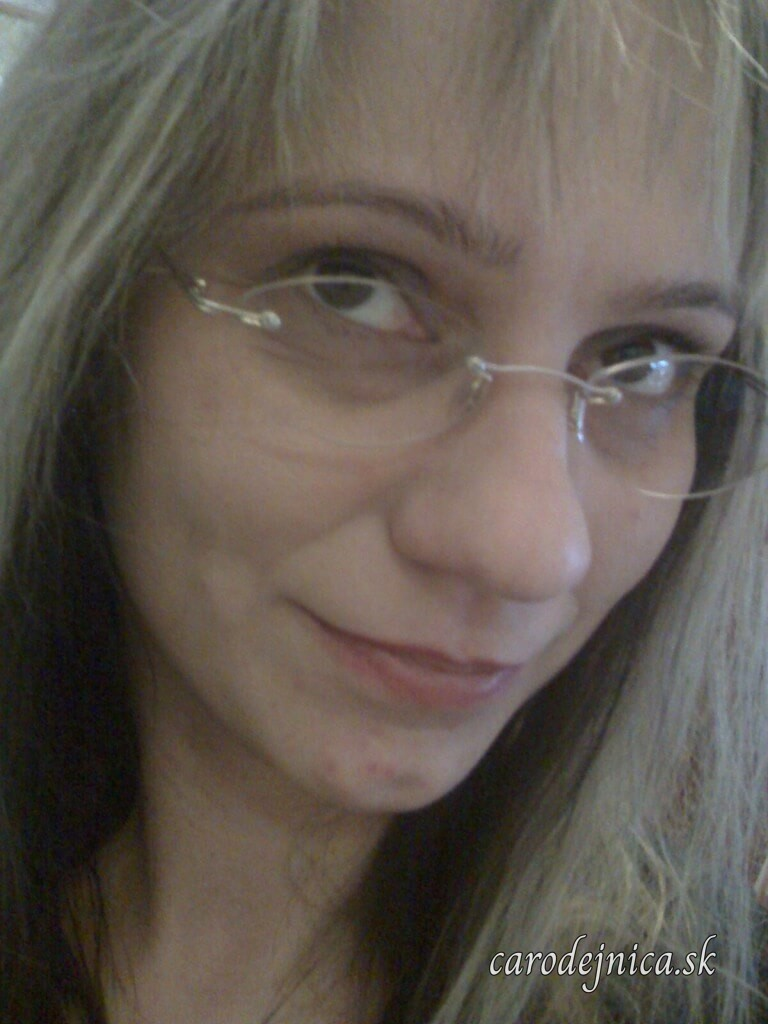 Žena s blond vlasmi a okuliarmi bez rámu zblízka