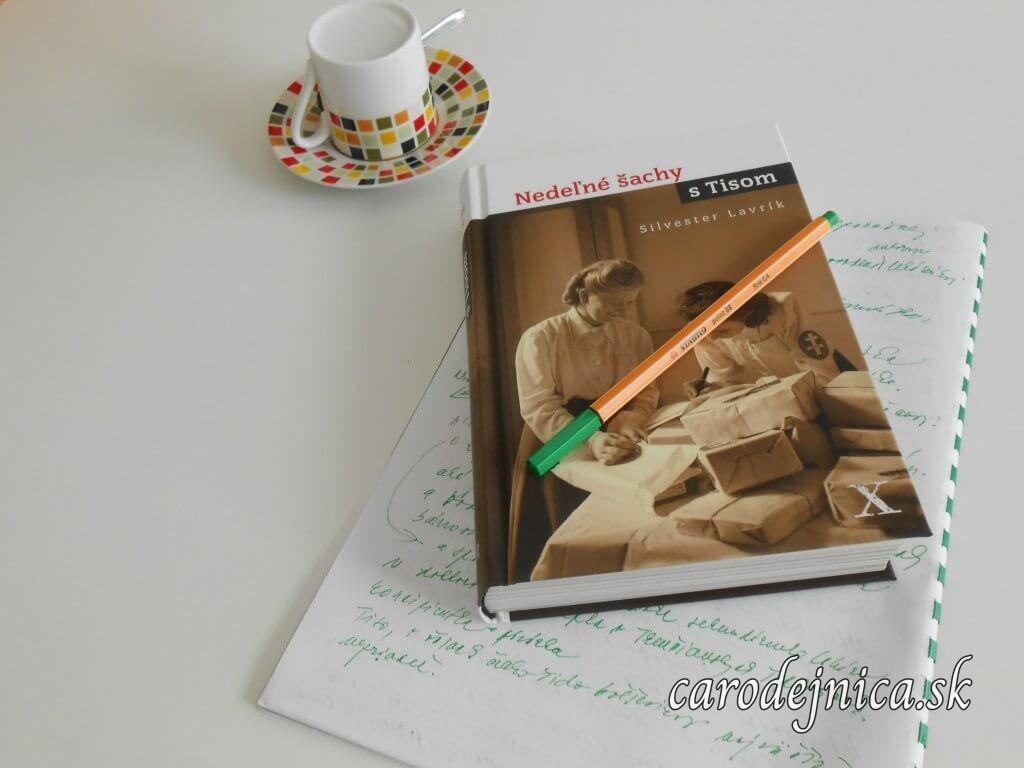 Kniha Nedeľné šachy s Tisom s poznámkami zelenou fixkou a obrátenou šálkou kávy na podšálke