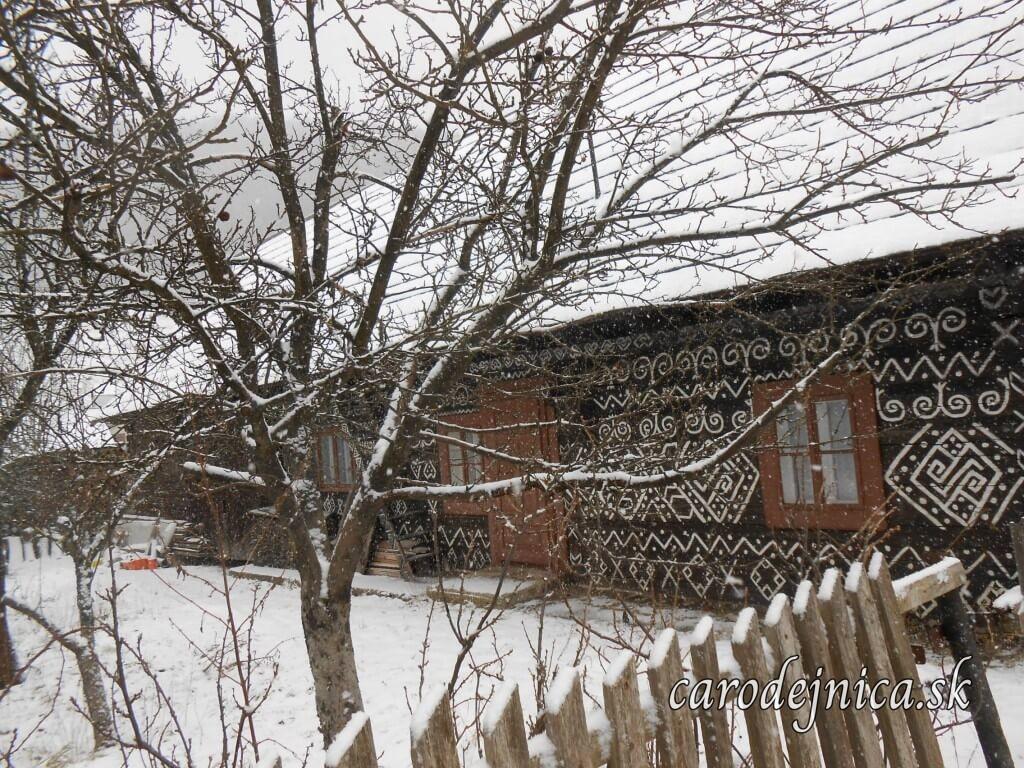 Tradične zdobený dom v Čičmanoch v zime