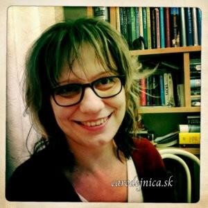 Usmiata tvár čarodejnice pred knižnicou