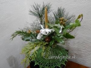 vianočná ikebana so zlatou sviečkou a bielou stužkou