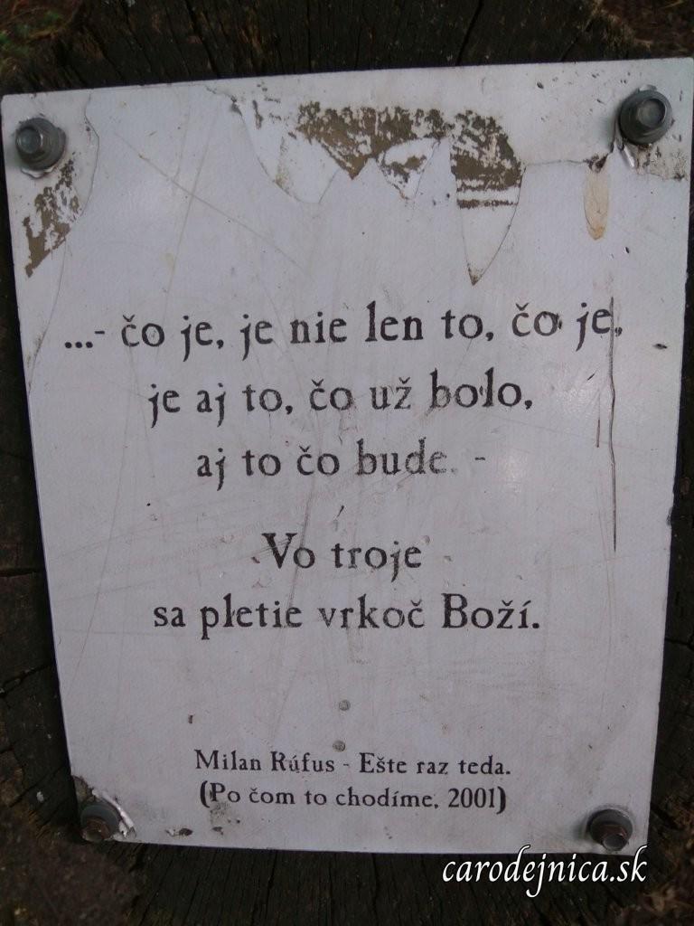 Verše od Milana Rúfusa na kameni pri Katarínke v Dechticiach