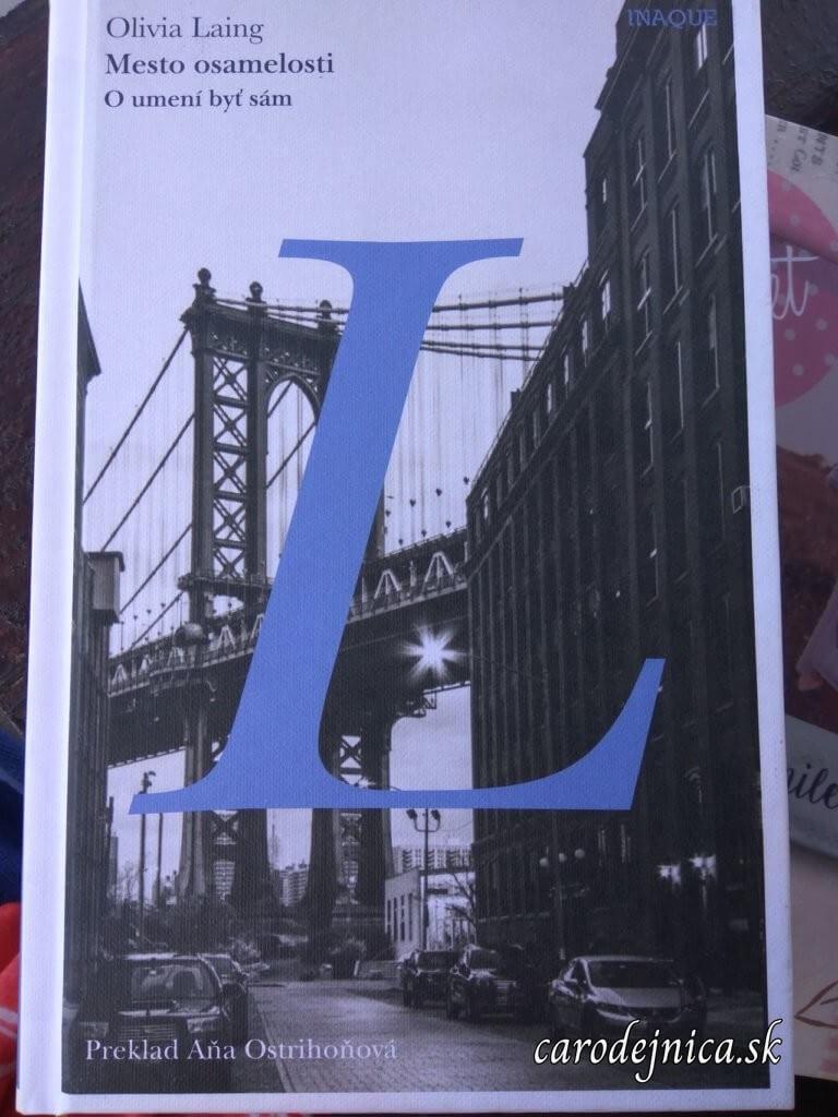 Titulka knihy Mesto osamelosti s veľkým modrým písmenom L a na pozadí most cez vodu