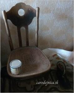 Prázdna hnedá stolička, na nej plechovka v starej izbe