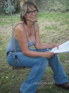 Usmiata žena v lete na hojdačke so skriptami v rukách