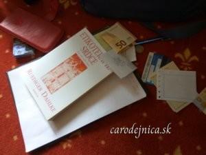 Kniha etikoterapia srdca s rôznymi predmetmi na červenom koberci