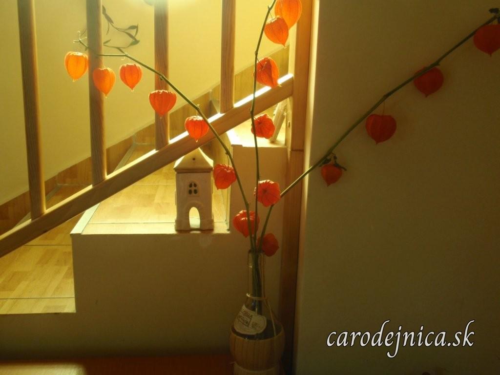 Esenciálna lampa v tvare domčeka na schodoch a váza so sušenými kvetmi