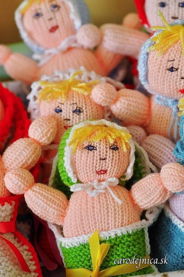 štrikovano-hačkované bábätká v perinke rôznych farieb