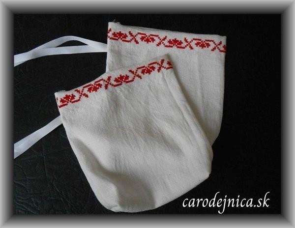 dve vrecká s červenou výšivkou