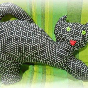 Vankúš Mačka čiernej farby s bielymi malými bodkami na zelenom podklade