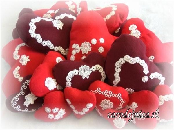 červené a bordové srdiečka s ručne prišívanou bielou krajkou rôznej veľkosti