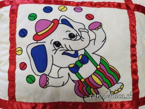 Detský vankúš sloníkový na bielom plátne s všitou červenou stužkou
