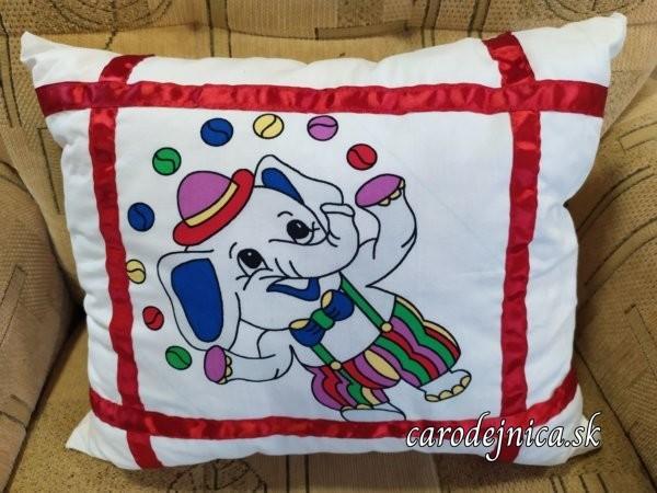 detský vankúš sloníkový na bielej látke so všitými červenými stuhami