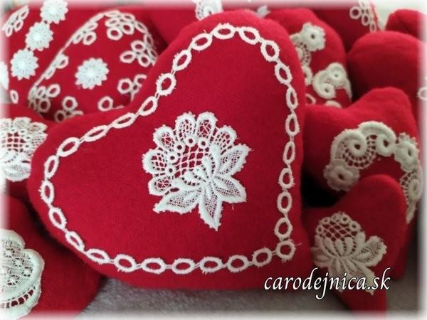 handmade srdiečka červené s bielou krajkou ilustračný obrázok