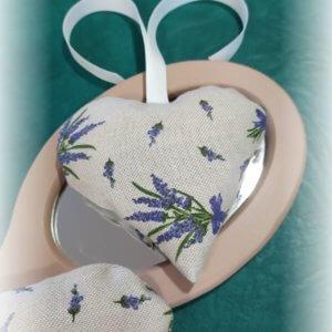 levanduľové srdiečko s bielou mašľou položené na zrkadle