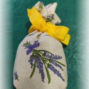 levanduľové vrecúško so žltou stužkou