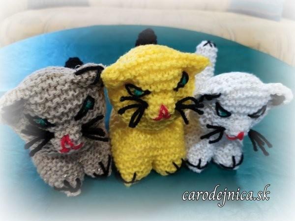 tri ručne štrikovano-hačkované mačičky