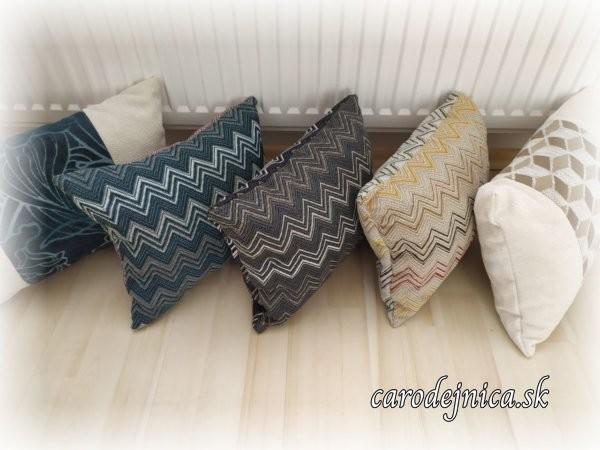 päť vankúšov rozdielnej farby a vzorov