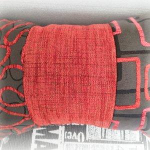 Dvojstranný vankúš červeno-čierny vzorovaný