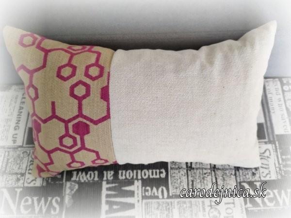 kombinovaný vankúš z dvoch látok - bledej a ružovo-hnedej vzorovanej