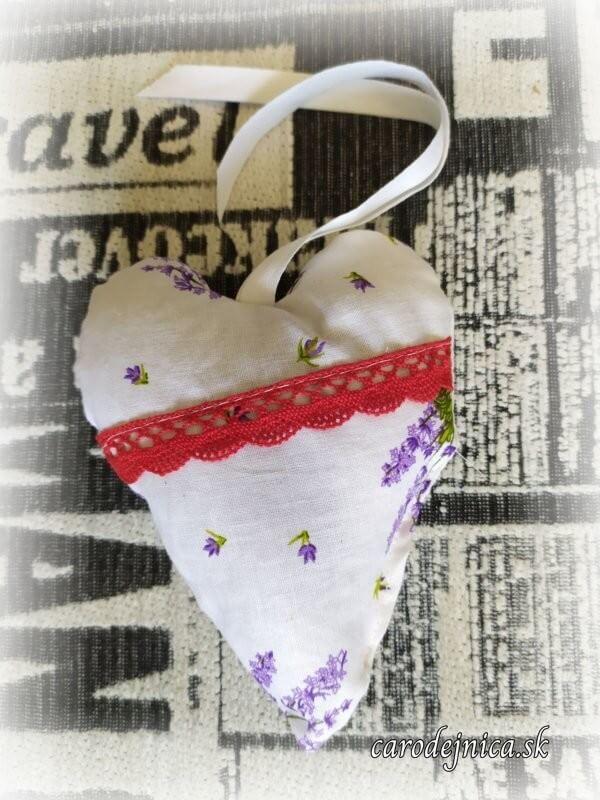 levanduľové srdiečko s červenou krajkou a bielou stužkou