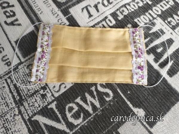 ochranné bavlnené rúško naskladané krémovej farby s čipkou na gumičku