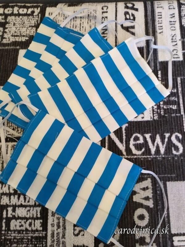 ochranné bavlnené rúška modro-bielo pruhované naskladané