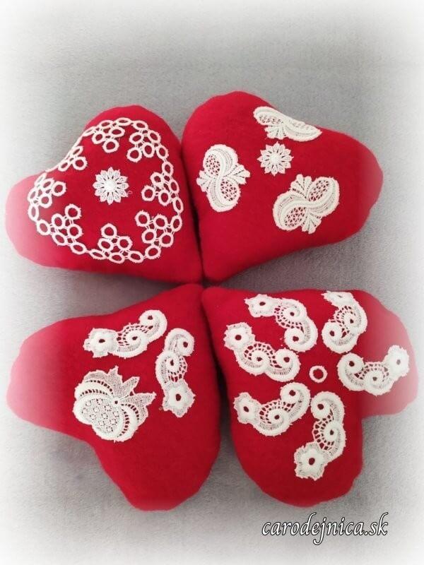 štyri handmade srdiečka červené s bielou krajkou