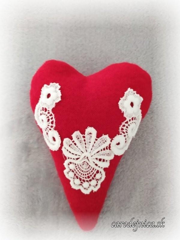 červené srdiečko menšie s ručne vyšívanou bielou krajkou