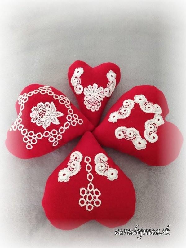 štyri ručne šité červené srdiečka s bielou krajkou