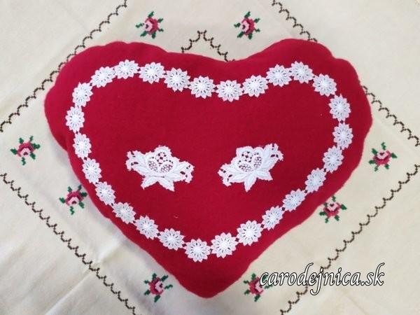 valentínske srdiečko červené s vyšívanou bielou krajkou vo veľkosti pohlavníka na ručne vyšívanom obruse