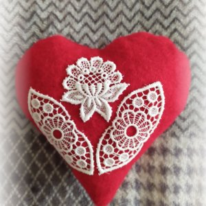 červené srdiečko stredné s ručne vyšívanou bielou krajkou