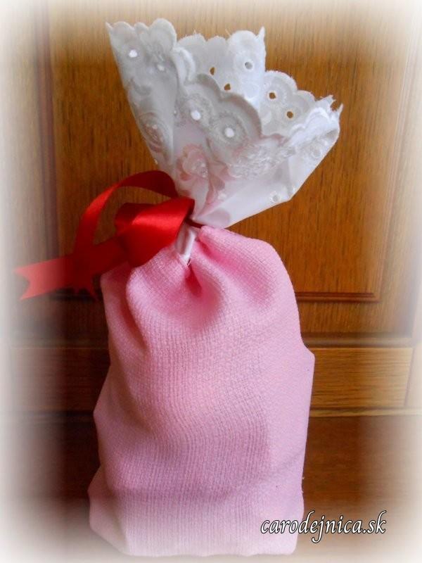 ružové vrecko z polyesteru s čipkou z madeiry a červenou stužkou