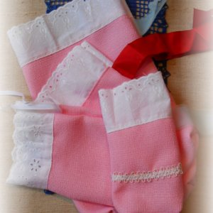 štyri ružové vrecká s bielou čipkou z madeiry a stužkou na uviazanie