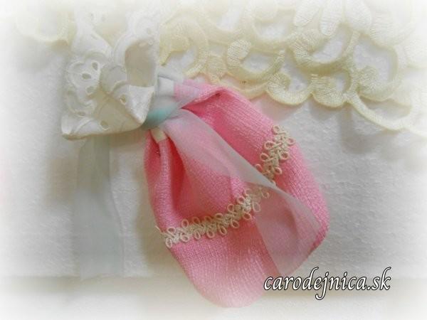 ružové vrecko z polyesteru s čipkou z madeiry a jemnou nebovou stužkou na uviazanie
