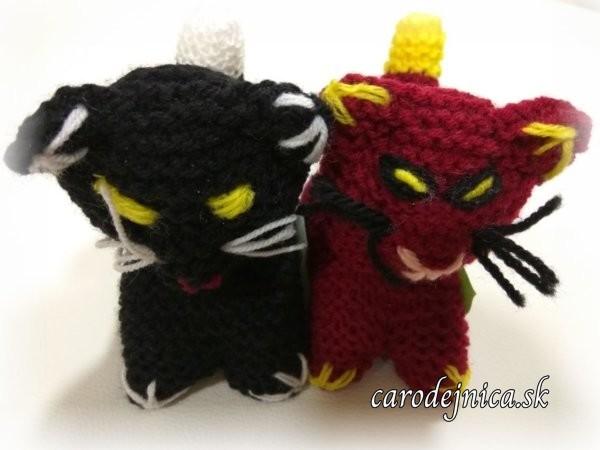 dve štrikovano-hačkované mačičky - čierna a bordová