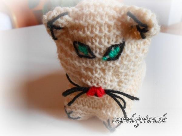štrikovano-hačkovaná mačička bledohnedá z profilu