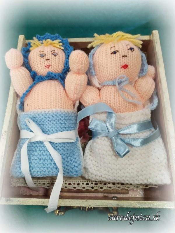 dve štrikovano-hačkované bábätká v modrom ladení farieb periniek a čiapočiek